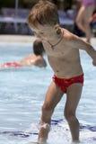 De jongen gaat op de rand van pool Royalty-vrije Stock Foto