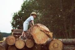 De jongen gaat op registreren royalty-vrije stock fotografie