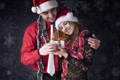 De jongen geeft een gift van Kerstmis aan haar meisje. Stock Foto