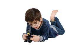 De jongen in glazen onderzoekt microscoop royalty-vrije stock afbeeldingen