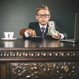 De jongen heeft heel wat geld verdiend Royalty-vrije Stock Afbeeldingen
