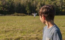 De jongen heeft visie of verschijning van zijn moederdoden, of verloren in verre afstand Stock Foto