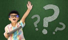 De jongen heft zijn hand op om vraag te stellen stock afbeeldingen