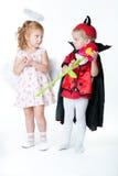 De jongen in het beeld van duivel en een meisjesengel Stock Foto's