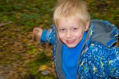 De jongen in het hout Stock Afbeeldingen