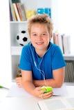 De jongen is het luisteren muziek Stock Foto