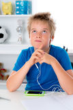 De jongen is het luisteren muziek Royalty-vrije Stock Afbeelding