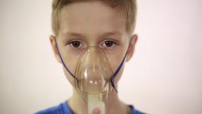De jongen in het masker wordt het inhaleertoestel behandeld stock video