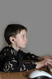 De jongen in hoofdtelefoons royalty-vrije stock foto's