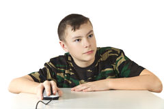 De jongen houdt een computermuis in een hand o Royalty-vrije Stock Afbeelding