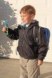De jongen houdt een stuk speelgoed schuimvliegtuig Stock Fotografie