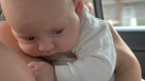 De jongen houdt van zijn leuke babyzuster stock video