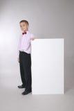 De jongen houdt witte raad Stock Afbeelding