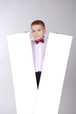De jongen houdt witte raad twee Stock Fotografie