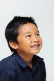 De jongen kijkt omhoog Glimlachend Royalty-vrije Stock Foto