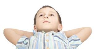 De jongen kijkt omhoog pensively. Royalty-vrije Stock Afbeeldingen