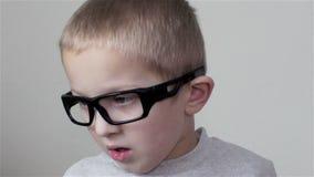 De jongen kijkt opzij stock video