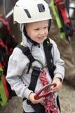 De jongen kleedde zich in alpinismemateriaal royalty-vrije stock afbeeldingen