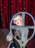 De jongen kleedde zich als Geweer van Clownaiming over sized stock fotografie