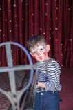 De jongen kleedde zich als Geweer van Clownaiming over sized royalty-vrije stock fotografie