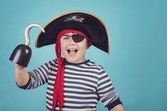 De jongen kleedde zich als piraat royalty-vrije stock afbeelding