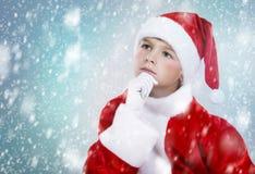 De jongen kleedde zich omhoog als Kerstman in de winter het plaatsen Royalty-vrije Stock Foto's