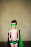 De jongen kleedde zich omhoog als superhero Stock Afbeelding