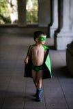 De jongen kleedde zich omhoog als superhero Stock Fotografie