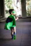 De jongen kleedde zich omhoog als superhero Stock Foto's