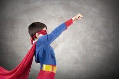 De jongen kleedde zich omhoog als superhero royalty-vrije stock foto