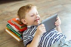 De jongen koos tablet Stock Foto