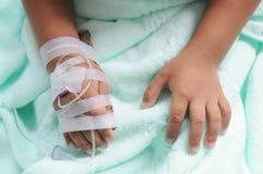 De jongen krijgt ader transfused stock fotografie