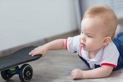 De jongen kroop aan het skateboard royalty-vrije stock foto