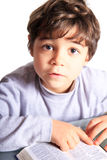 De jongen las de Bijbel royalty-vrije stock foto
