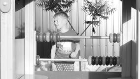 De jongen leert te tellen Het kind speelt op de speelplaats stock footage