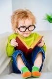 De jongen leest stock afbeelding