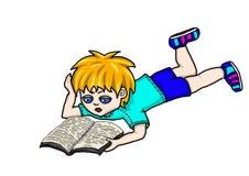 De jongen leest een boek Stock Foto