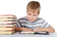 De jongen leest het boek Stock Foto