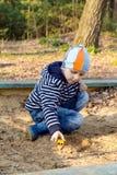 De jongen loopt in het hout Stock Fotografie
