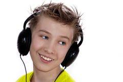 De jongen luistert aan muziek. stock afbeeldingen