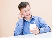 De jongen luistert aan muziek royalty-vrije stock foto