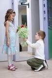 De jongen maakt aanbiedingshanden en harten Stock Afbeelding