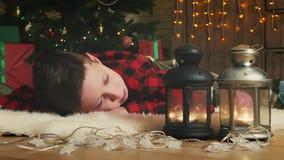De jongen maakt een wens op Chirsmas stock video