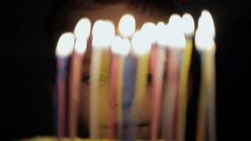 De jongen maakt een wens op verjaardag stock videobeelden