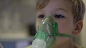 De jongen maakt inhalatie de geneeskunde stock videobeelden