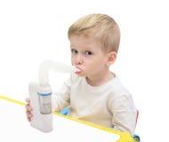 De jongen maakt inhalatie met ultrasone nebuliser Royalty-vrije Stock Foto's