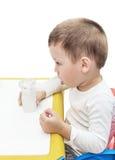 De jongen maakt inhalatie met ultrasone nebuliser Royalty-vrije Stock Afbeelding