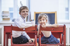De jongen, meisjeskinderen in de school heeft gelukkig, nieuwsgierig, slim Stock Foto