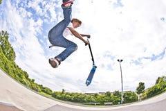 De jongen met autoped gaat in de lucht Royalty-vrije Stock Afbeelding
