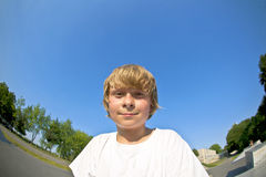 De jongen met autoped gaat in de lucht Stock Foto's